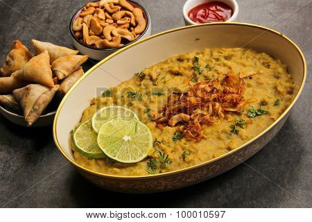 Haleem with chicken food for breakimg fast
