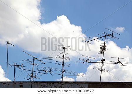 konceptuella av telekommunikation antenn på taket