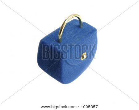 Caixa azul para o anel sobre fundo branco