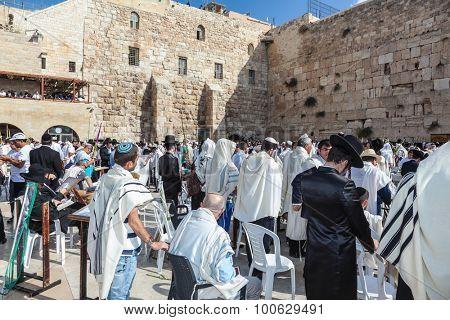 JERUSALEM, ISRAEL - OCTOBER 12, 2014:  Morning autumn Sukkot. Huge crowd of faithful Jews wearing in white prayer shawls