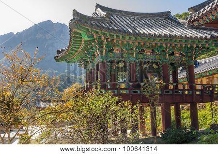 The building temple in Seoraksan National Park, South korea