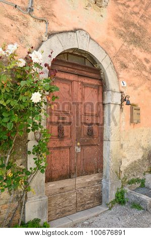 August 27, 2015, Fiumata, Salto Lake, Abruzzo, Italy - In a lane of Fiumata on Lake Salto in Abruzzo Italy - An old door in an old country lane of Fiumata An old house with the characteristic gate typical of mountain villages located in a small alley of