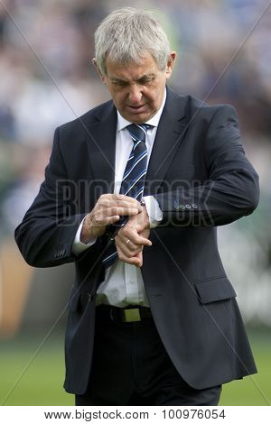 BATH, ENGLAND. 10 SEPTEMBER 2011 Bath's director of Rugby Sir Ian McGeechan checks his watch during the Aviva Premiership match between Bath and Saracens at the Recreation Ground Bath England.