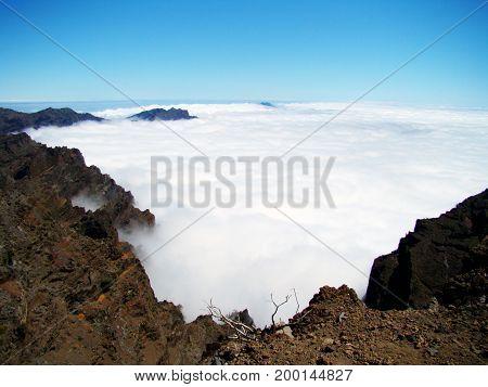 Ein traufhafter Blick auf ein Meer aus Wolken in einem Vulkan - Kessel auf der Kanaren Insel La Palma im atlantischen Ozean.