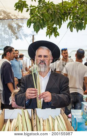 JERUSALEM, ISRAEL - OKTOBER 8, 2014: Traditional market before the holiday of Sukkot. Orthodox Jew with a white beard in a black hat
