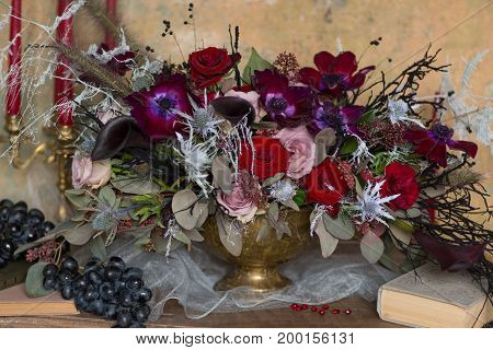 A table set vase with flowers decorate in purple and red colors