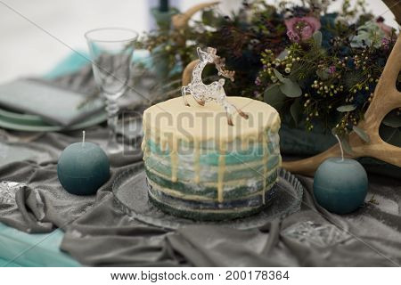 decorate Wedding Cake with beautiful winter flowers