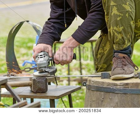 Working days master.Machining metal parts electric grinding machine.