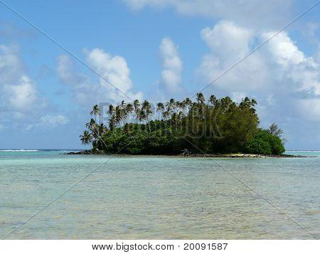 Idyllic tropical beach at Muri Lagoon on Rarotonga, Cook Islands