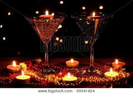 erstaunliche Zusammensetzung der Kerzen und Gläser auf Holztisch auf hellem Hintergrund