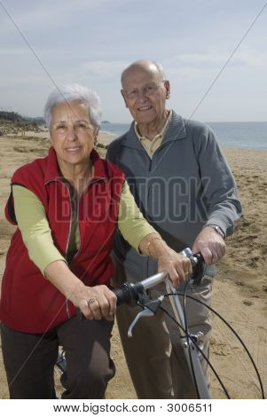 Aktive Senior Couple Biken