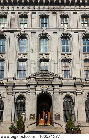 Philadelphia, Usa - November 6, 2016: The Philadelphia Bank Facade With Security Standing Outside