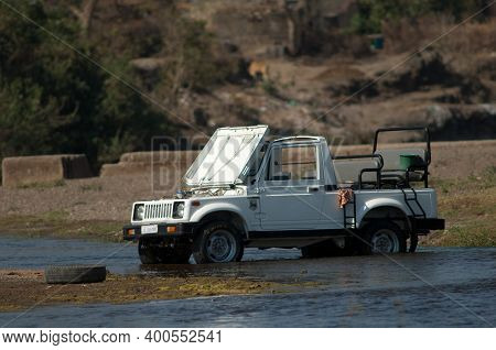 Sasan, Gir Sanctuary, Gujarat, India-february 2, 2010: Washing The Car In The Hiran River.