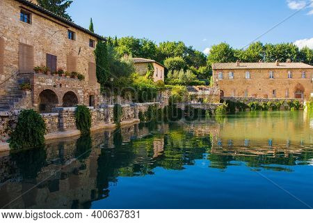 Bagno Vignoni, Italy - September 3rd 2020. The historic Loggiato di Santa Caterina, Saint Catherine\'s Arcade, in the village of Bagno Vignoni, in Val d\'Orcia in Siena Province, Tuscany, Italy, famous for its hot springs