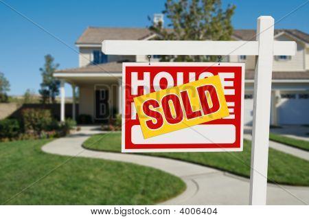 Home verkocht voor verkoop onroerend goed teken en huis