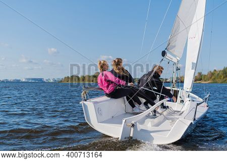 Dad And His Two Daughters Went Out On A Yacht On The River To Sail Along The City, And Teach The Gir