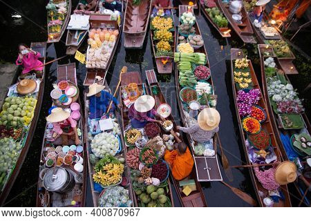 Ratchaburi, Thailand-november 15 , 2020 : Unidentified Vendors Give Alms To Monks Due To Buddhism At