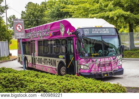 Avondale Estates, Ga / Usa - 07 07 20: Marta Kinsington Transit Station A Pink Marta Bus With Advert