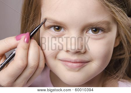 Makeup Artist Brings Eyebrows On The Girl's Face
