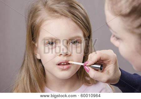 Makeup Artist Deals Shine On The Lips Girls
