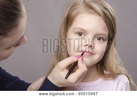 Makeup Artist Paints Her Lips Girls
