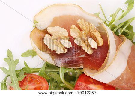 Salad with arugula and prosciutto. Macro.