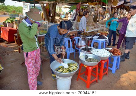People sale fried bugs