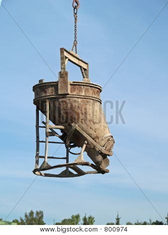 Bucket of cement pouring device
