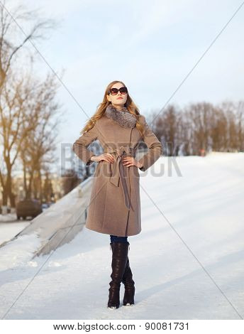Beautiful Lady Dressed A Coat And Sunglasses Outdoors