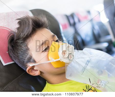 Kid traveling by airplane with need for oxygen first emergency aid