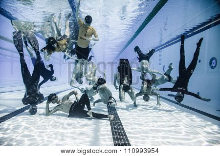 Funny Underwater Group Shot Of The Staff And Athletes Of 2014 Freediving Montreal Cup