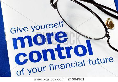 Konzentrieren Sie und die Kontrolle über Ihre finanzielle Zukunft isoliert auf blau