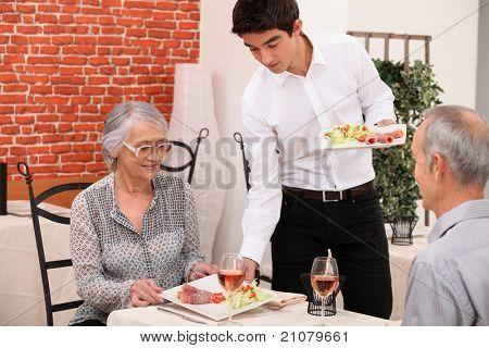 Senior Couple Essen in einem Restaurant serviert
