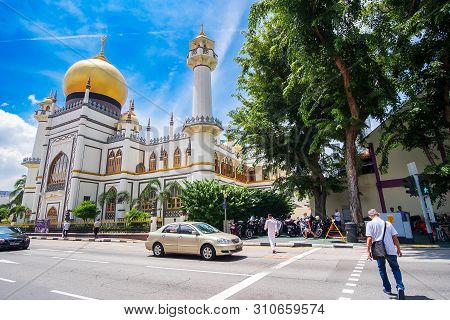 Masjid Sultan, Singapore Mosque In Historic Kampong Glam With Golden Dome  And Huge Prayer Hall. Lan