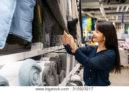 Asian Women Are Choosing To Buy New Carpet In The Mall. Shopping For Groceries And Housewares Are Ne
