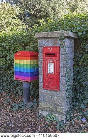 Weston-super-mare, Uk - February 25, 2021: A Post Box Dating From The Reign Of George Vi In Weston-s
