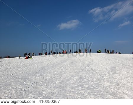 Chicago, Il February 20, 2021, People Sledding Down Cricket Hill At Montrose Harbor After A Winter S