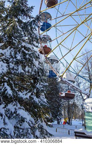 Ferris Wheel In The City Park In Winter. City Park In The Winter. Winter Morning In The City. Attrac