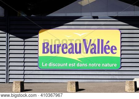 Bordeaux , Aquitaine France - 02 25 2021 : Bureau Vallee Logo Brand And Text Sign For Office Supplie