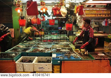 Hong Kong - 22th February, 2015:view Of Workers Sorting Fresh Catch Of Seafood In Different Containe
