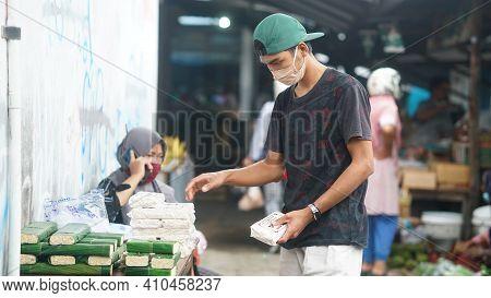 Yogyakarta, Indonesia. February 28, 2021: Activities At The Bantul Niten Market. The Man Who Sells T
