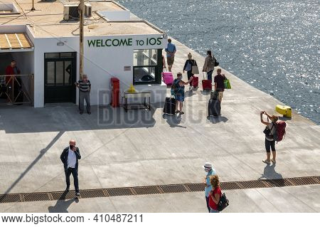 Ios, Greece - September 26, 2020: Tourists On The Waterfront In Port Of Ios Island. Cyclades, Greece