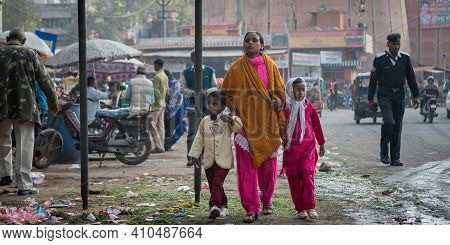 Jaipur, India. 09-05-2018. Mother With Two Children Walking On The Streets Of Jaipur In The Rajastha