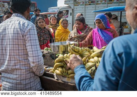 Jaipur, India. 09-05-2018. Plenty Of Women Gathered At A Street Shop That Is Selling A Variety Of Lo