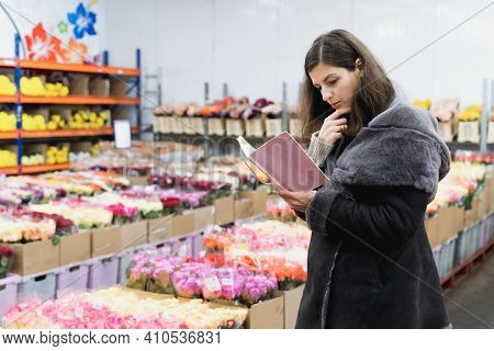 Woman Buy Flowers On Wholesale Floristic Base,shop.valentine's Day On February 14,international Wome
