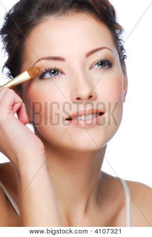 Použití oční stíny pomocí štětce na oční stíny