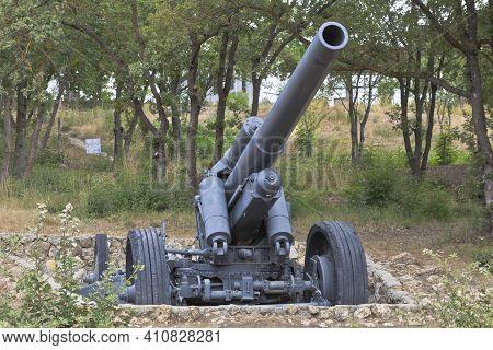 Sevastopol, Crimea, Russia - July 28, 2020: German Heavy Field 150 Mm Howitzer  Model 1918 In The Me