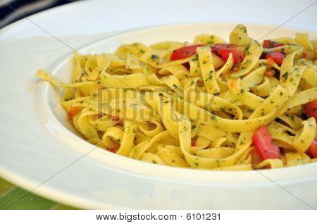 Tagliatelle mit Tomaten und Kräutern