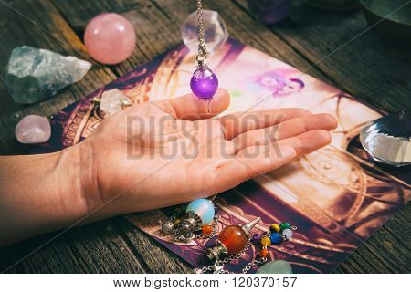 Palm reading, characterization and foretelling the future through the study of the palm with pendulum