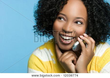 Schwarze Frau auf Handy